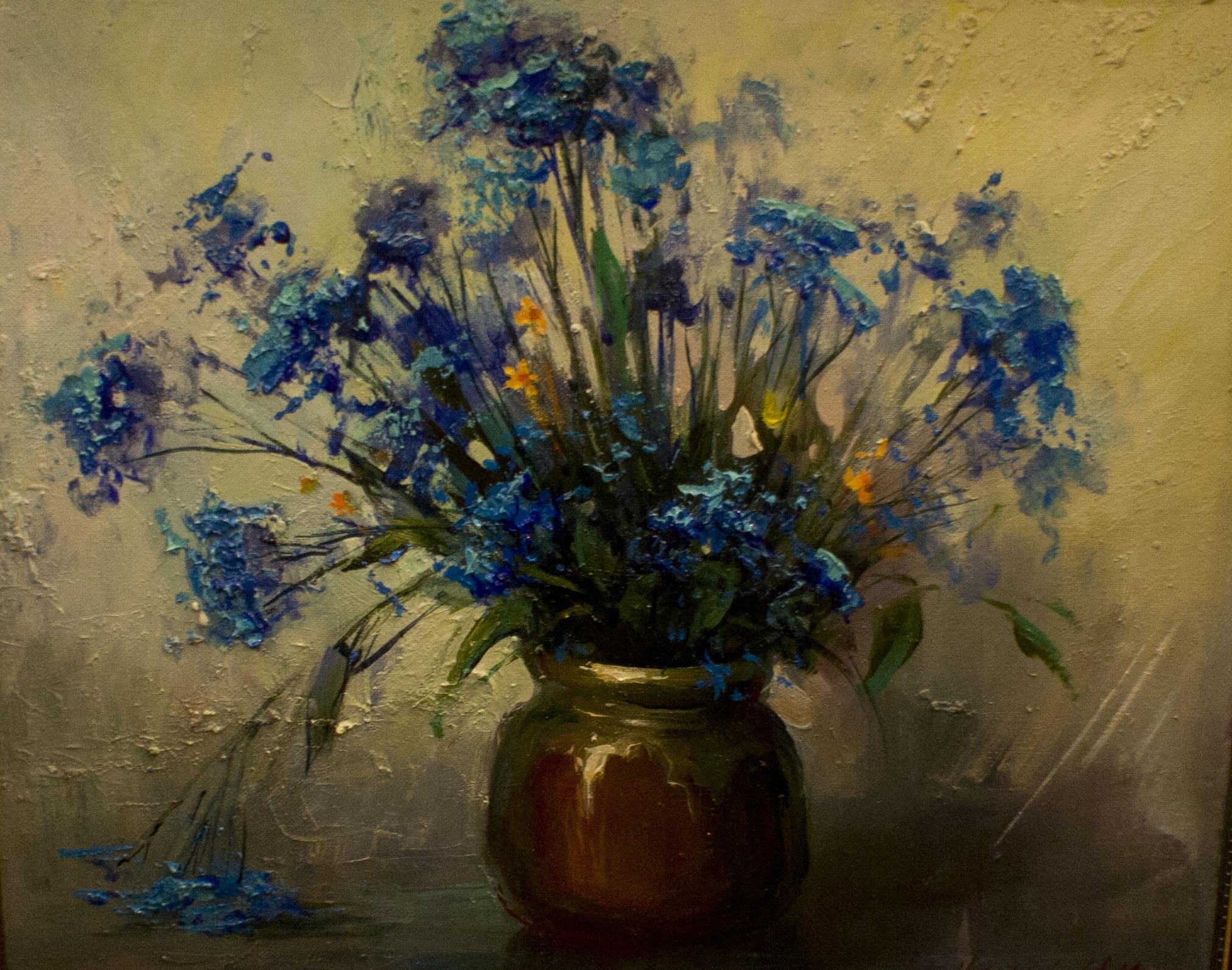 Холст, масло. Живописный натюрморт с синими цветами в глиняном горшочке.